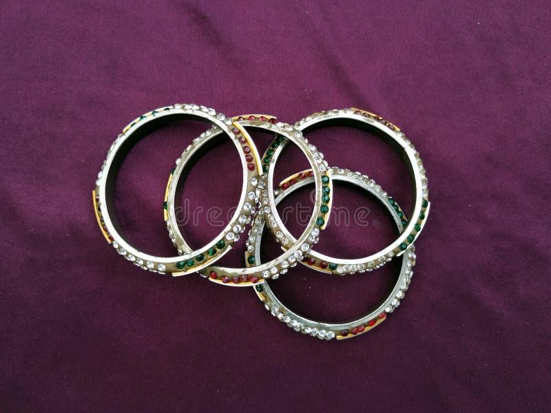 Bracelets indiens Bracelet avec des diamants sur le fond violet photo libre de droits