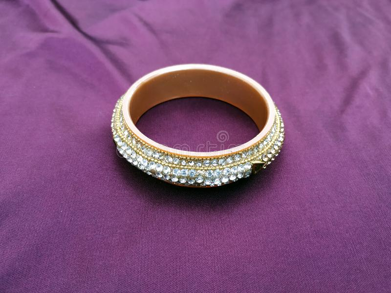 Bracelets indiens Bracelet avec des diamants sur le fond violet images stock