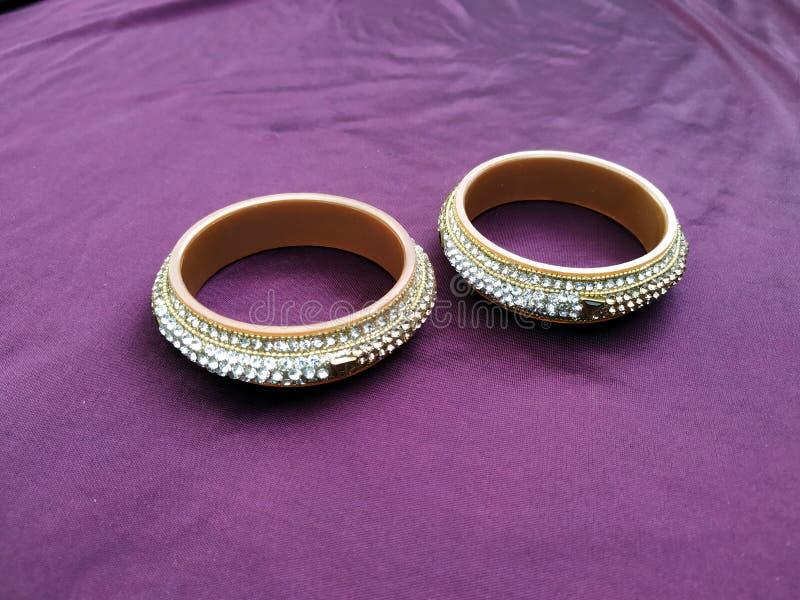 Bracelets indiens Bracelet avec des diamants sur le fond violet images libres de droits