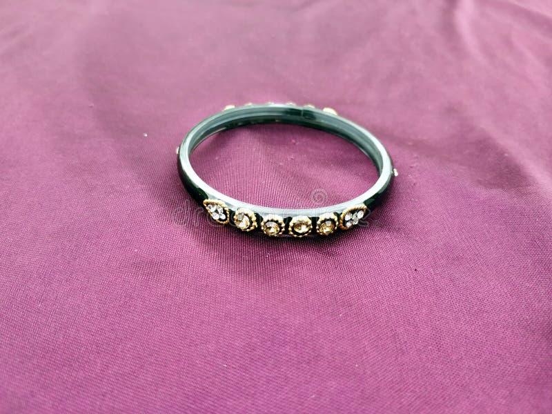 Bracelets indiens Bracelet avec des diamants sur le fond violet photos libres de droits