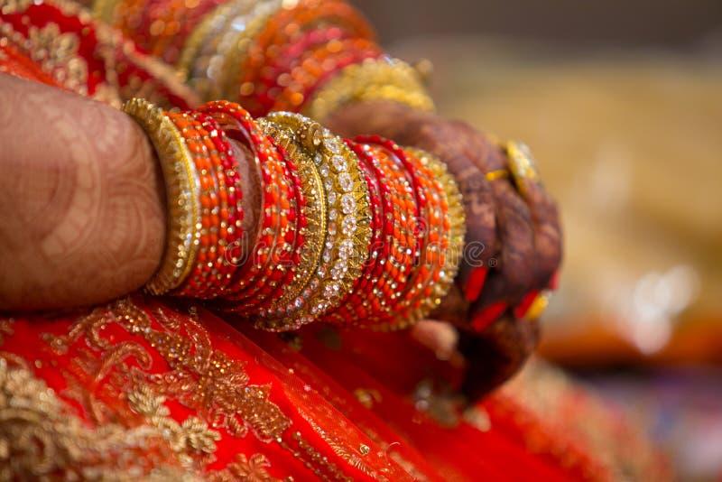 Bracelets indiens dans les mains de la jeune mariée image stock
