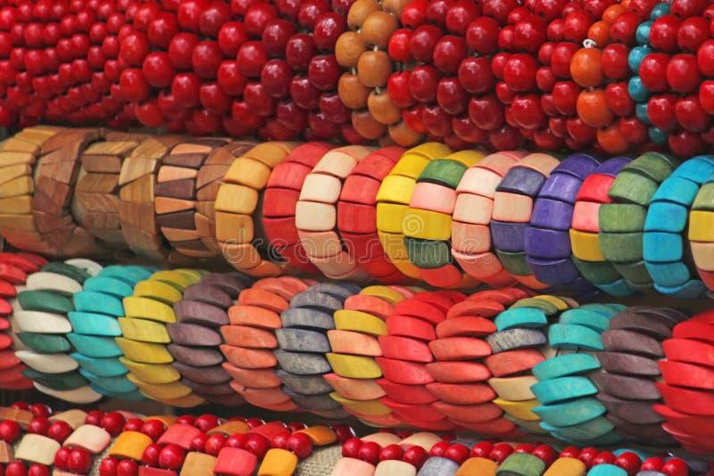 Bracelets multicolores lumineux faits de bois photos libres de droits