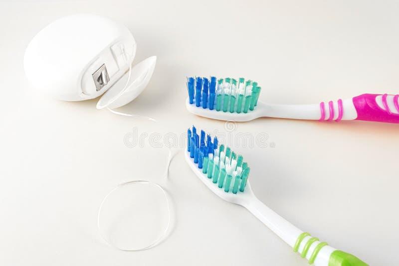 Braces på en vit bakgrund Tandborstar och tandtråd på vit bakgrund close upp arkivfoton