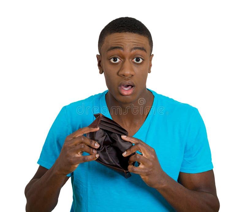 Brach den jungen Mann, der leere Geldbörse zeigt lizenzfreies stockbild