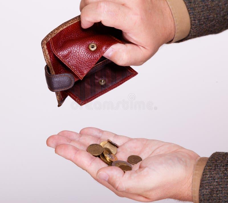Brach Geschäftsmann mit leerer Geldbörse und poliert Münzen lizenzfreie stockfotos