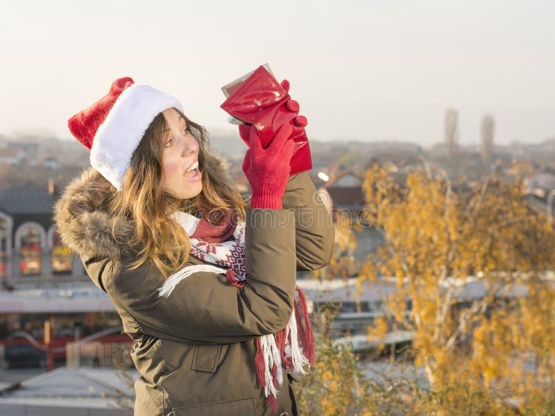 Brach Mädchen für Weihnachten mit roter Geldbörse lizenzfreie stockfotografie