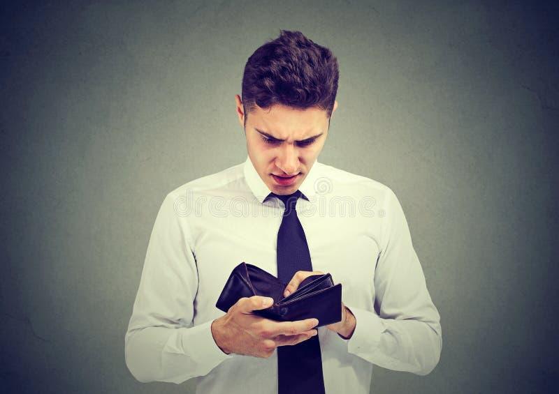 Brach traurigen Geschäftsmann mit leerer Geldbörse lizenzfreies stockfoto