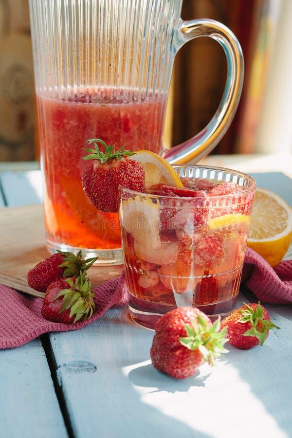 Bracht het de zomer verse fruit gegoten water van aardbei, citroen op smaak royalty-vrije stock afbeeldingen