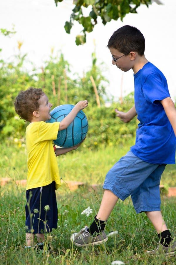 Bracia bawić się piłkę zdjęcie royalty free
