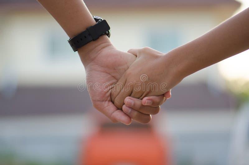Bracia trzyma ręki pójść naprzód z koncernem i krawatami Szczęśliwy obraz royalty free