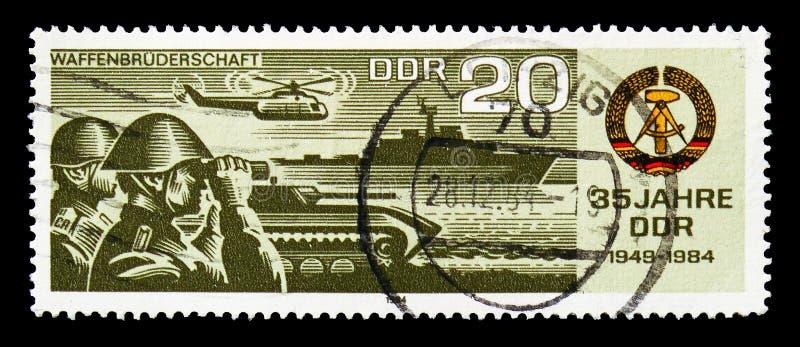 Bracia w rękach, 35 rok Niemieckiego Demokratycznej republiki seria około 1984, (II) obrazy royalty free
