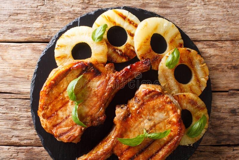 Braciola di maiale arrostita deliziosa appena preparato in ananas del miele fotografia stock