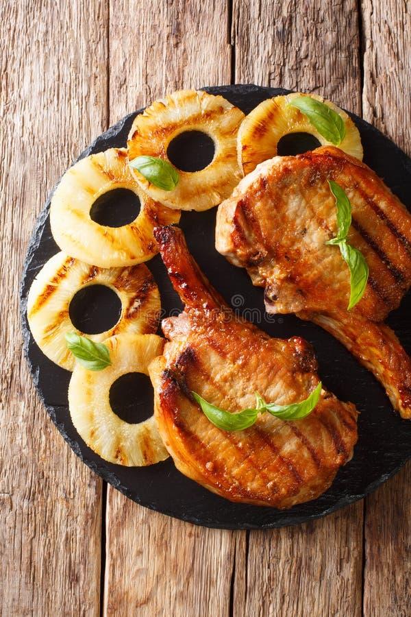 Braciola di maiale arrostita deliziosa appena preparato in ananas del miele immagini stock