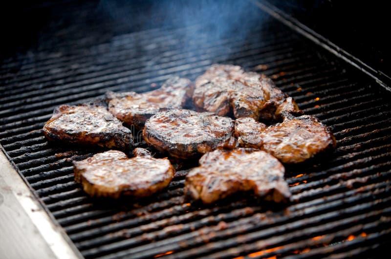 Braciole di maiale sugose su una griglia immagine stock libera da diritti