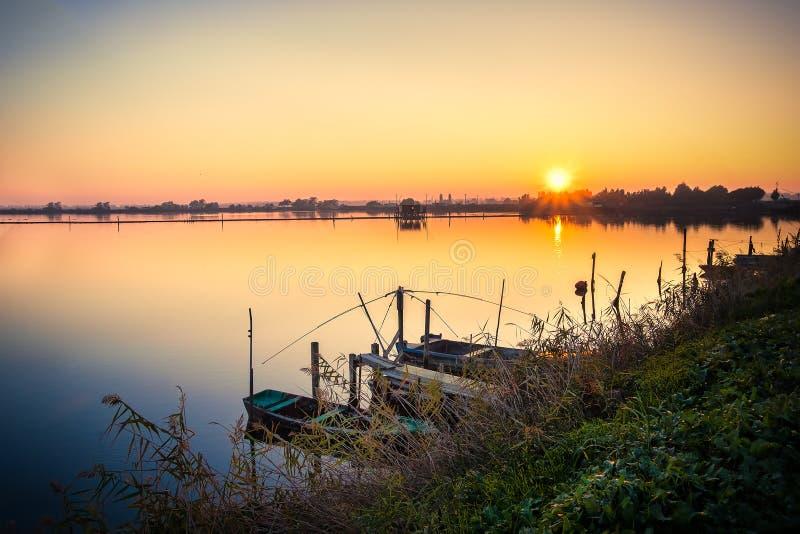 Brackish солнце лагуны установленное над озером стоковые изображения rf
