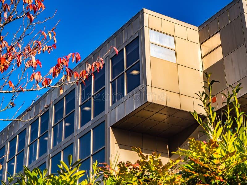 Bracknell, Berkshire Engeland 13 November, 2018: De moderne bureaubouw met vensters en blauwe hemel royalty-vrije stock foto's