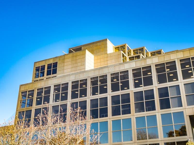 Bracknell, Berkshire Engeland 13 November, 2018: De moderne bureaubouw met vensters en blauwe hemel royalty-vrije stock fotografie