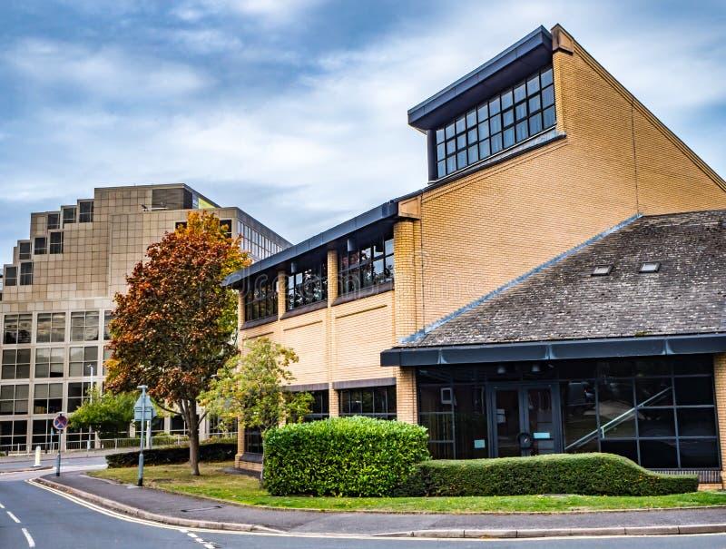 Bracknell, Berkshire Engeland 12 Oktober, 2018: Het bureau van het stadscentrum en commerciële gebouwen en weg stock foto's