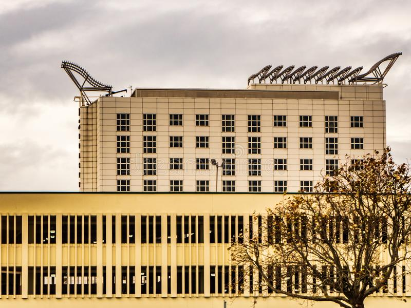 Bracknell, Berkshire Engeland 12 Oktober, 2018: Modern bureaugebouwen en parkeerterrein met vensters stock foto's