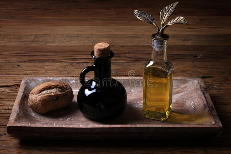 Brad, vinagre, e Olive Oil imagens de stock royalty free