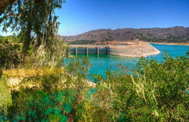 Bradbury Dam no lago Cachuma em Santa Barbara County fotografia de stock