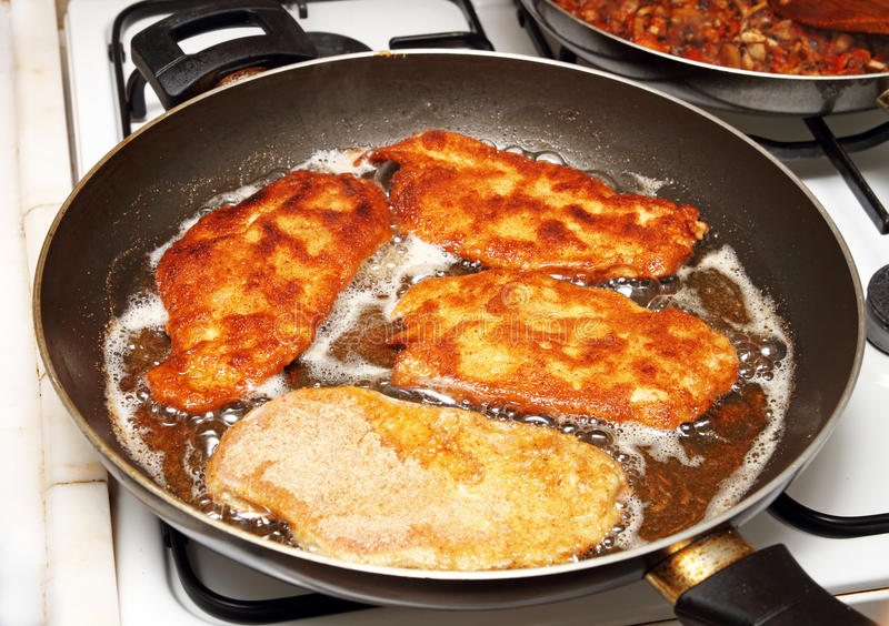 Bradende schnitzel stock foto's