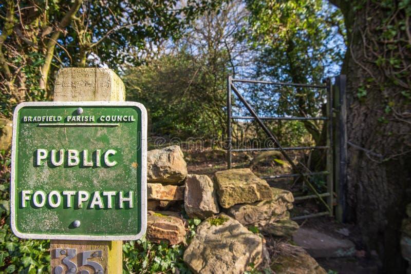 BRADFIELD, HET UK - 16TH FEBRUARI 2019: Een vierkant groen openbaar voetpadteken voor een metaalpoort stock afbeelding