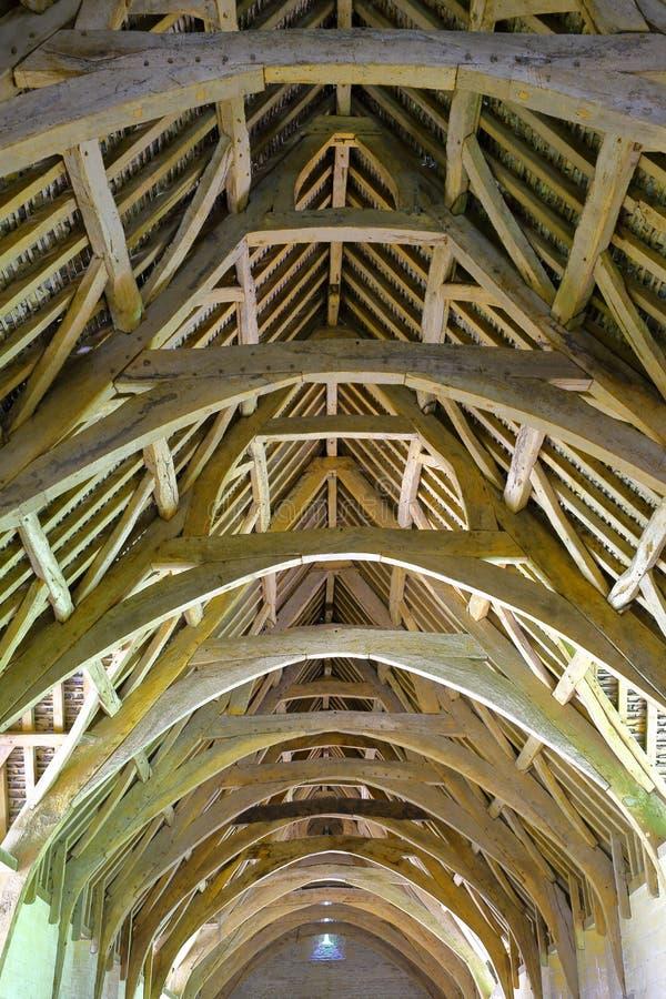 Bradford auf Avon, Großbritannien - 12. August 2017: Das Bauholz cruck Dach der Zehnt-Scheune, eine mittelalterliche klösterliche lizenzfreies stockbild