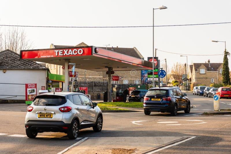Bradford en Avon los coches del 28 de marzo de 2019 que pasan una gasolinera de Texaco en el sol de igualación fotografía de archivo