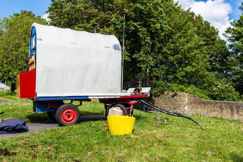Bradford en Avon Wiltshire la pequeña caravana gitana llana del vardo del 22 de mayo de 2019 foto de archivo libre de regalías