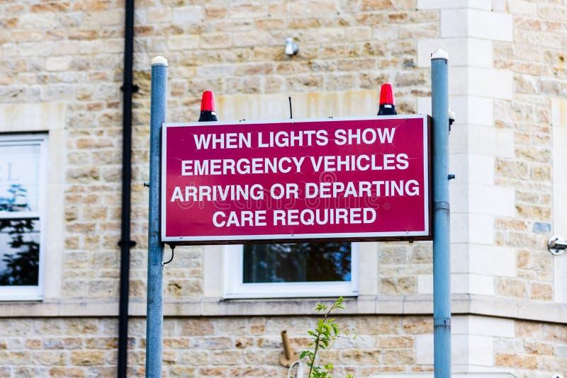 Bradford på Avon Wiltshire Juni 21st 2019 informerande bilister för tecken av varnande ljus för nöd- medel arkivbild