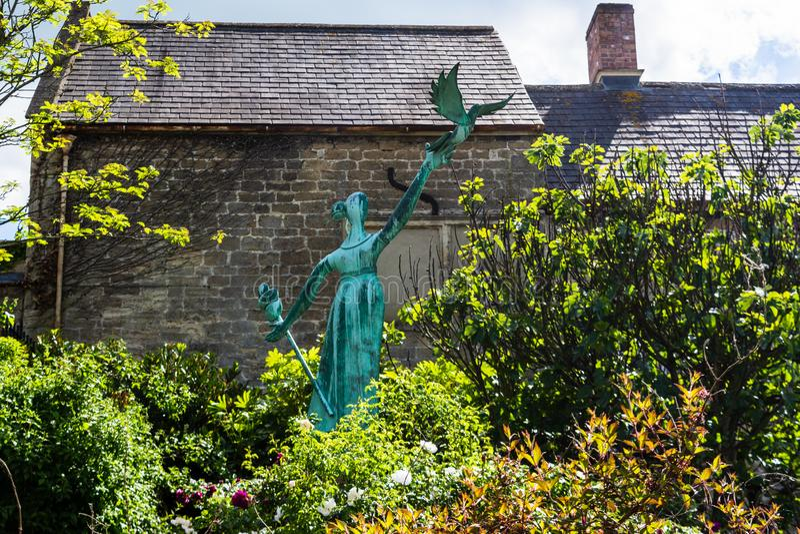 Bradford på Avon Wiltshire Maj 21st 2019 'Millie 'milleniumstatyn i mitten av staden arkivbild
