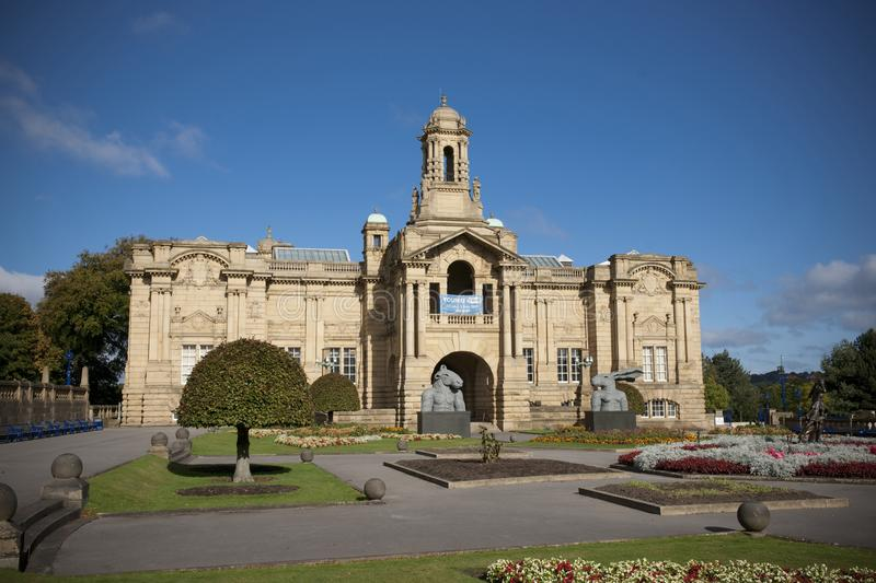 Bradford, Yorkshire, R-U, octobre 2013, Cartwright Hall Art Gallery dans des jardins Manningham de parc de listeuse images stock