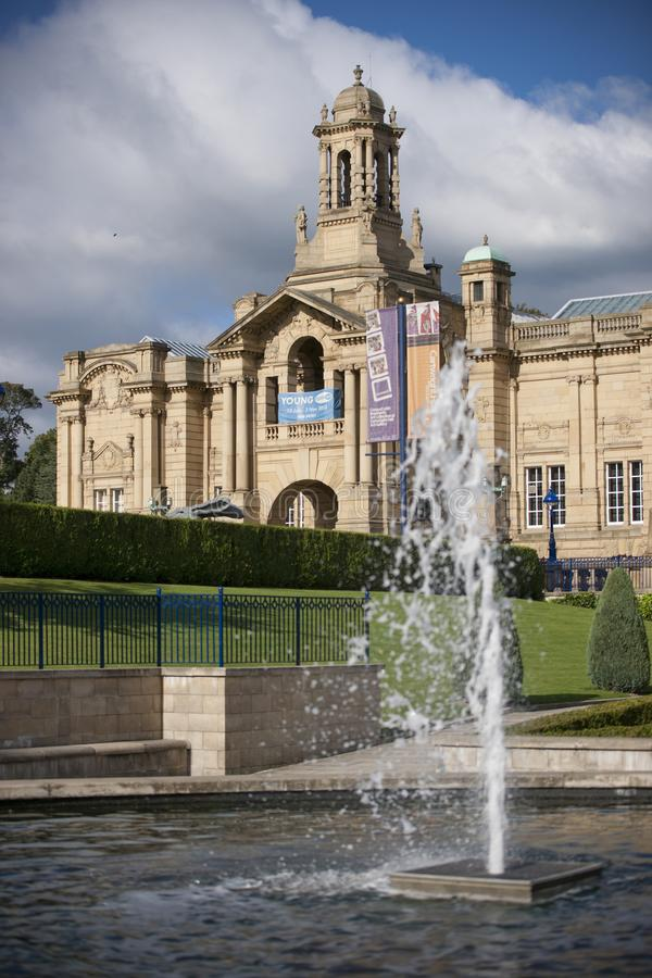 Bradford, Yorkshire, R-U, octobre 2013, Cartwright Hall Art Gallery dans des jardins Manningham de parc de listeuse photo stock
