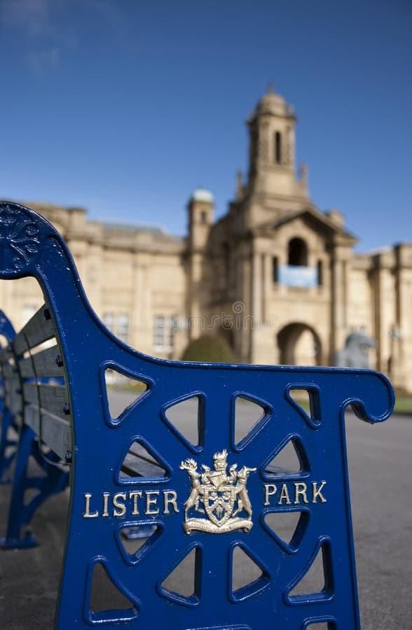 Bradford, Yorkshire, Reino Unido, em outubro de 2013, banco marcado velho no carroceiro Hall Art Gallery em jardins Manningham do foto de stock
