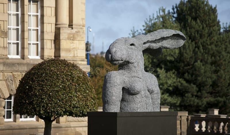 Bradford, Yorkshire, Reino Unido, em outubro de 2013, escultura da lebre no carroceiro Hall Art Gallery no jardim do parque do Li fotos de stock royalty free