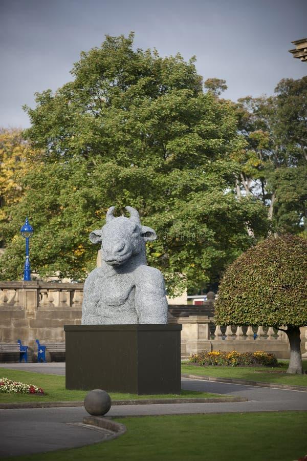 Bradford, Yorkshire, Reino Unido, octubre de 2013, escultura del minotaur en el carretero Hall Art Gallery en jardín del parque  fotos de archivo libres de regalías