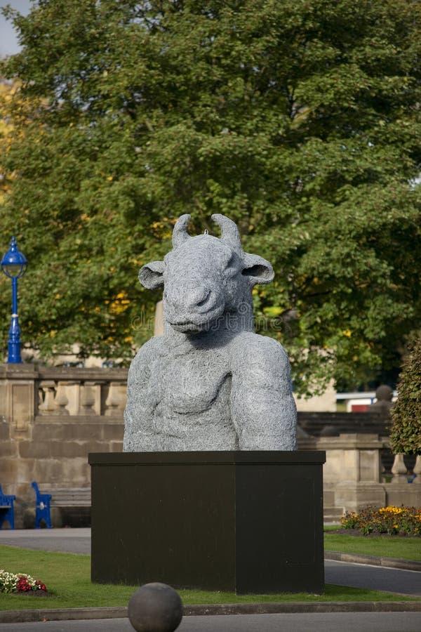 Bradford, Yorkshire, Reino Unido, octubre de 2013, escultura del minotaur en el carretero Hall Art Gallery en jardín del parque  imágenes de archivo libres de regalías