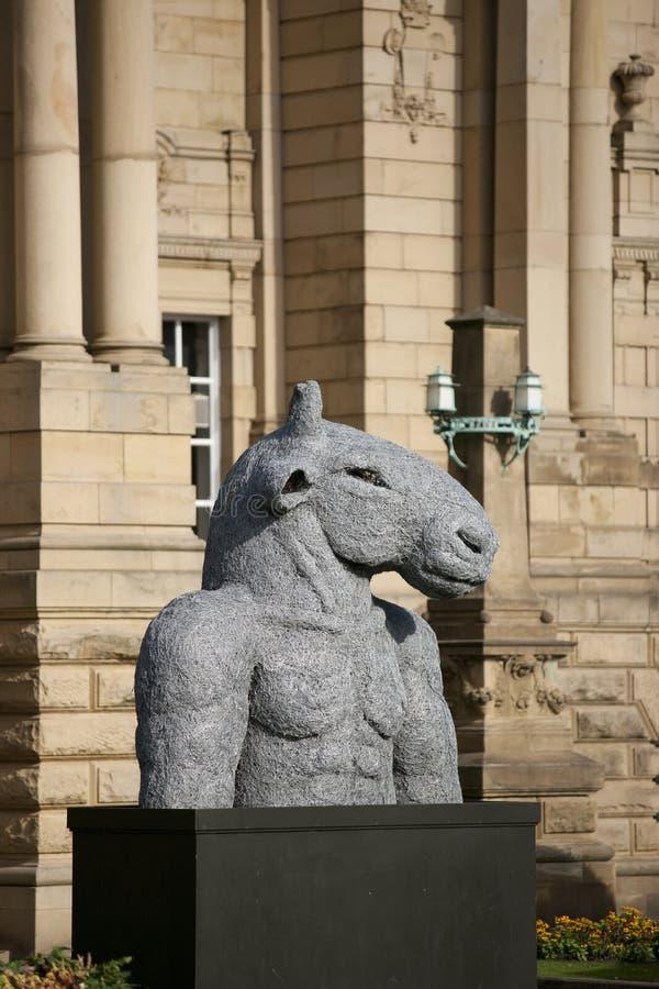 Bradford, Yorkshire, Reino Unido, octubre de 2013, escultura del minotaur en el carretero Hall Art Gallery en jardín del parque  imagenes de archivo