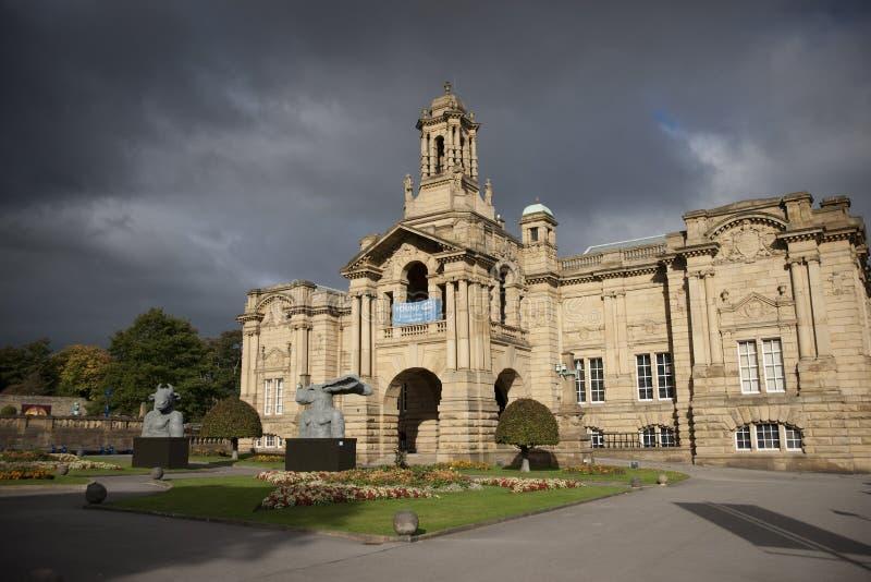 Bradford, Yorkshire, UK, Październik 2013, Cartwright Hall galeria sztuki w Lister parku uprawia ogródek Manningham obrazy royalty free