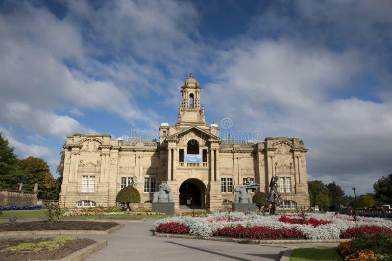 Bradford, Yorkshire, UK, Październik 2013, Cartwright Hall galeria sztuki w Lister parku uprawia ogródek Manningham zdjęcia royalty free