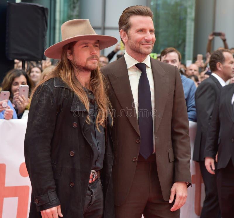 Bradley Cooper en Lukas Nelson bij première van een Ster zijn Geboren bij Internationaal de Filmfestival 2018 van Toronto stock foto