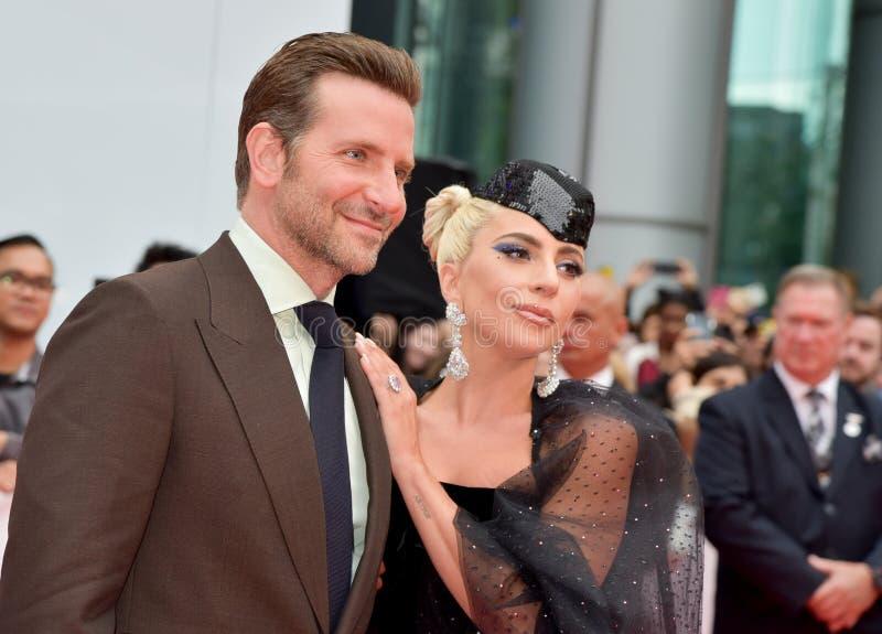 Bradley Cooper och damen Gaga på premiären av en stjärna är födda på Toronto den internationella filmfestivalen 2018 royaltyfria foton