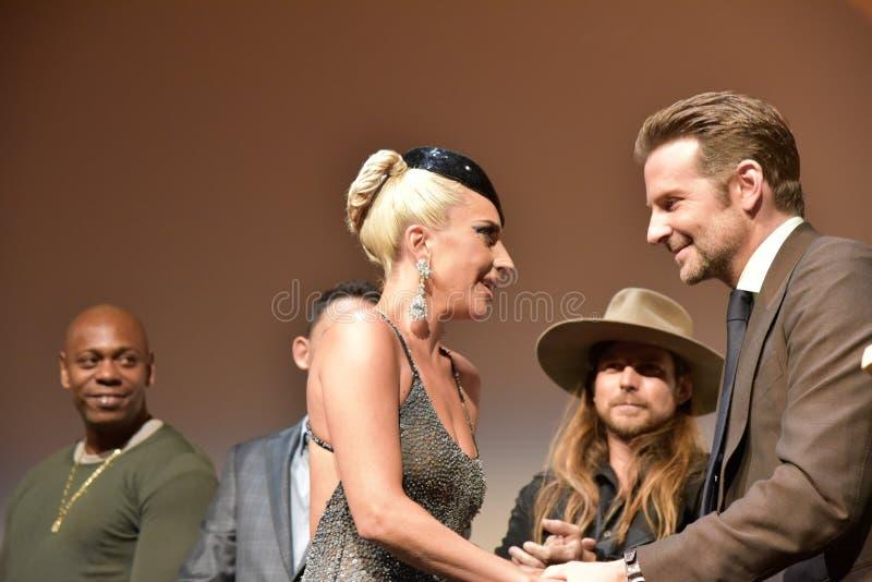 Bradley Cooper och damen Gaga på premiären av en stjärna är födda på Toronto den internationella filmfestivalen 2018 fotografering för bildbyråer
