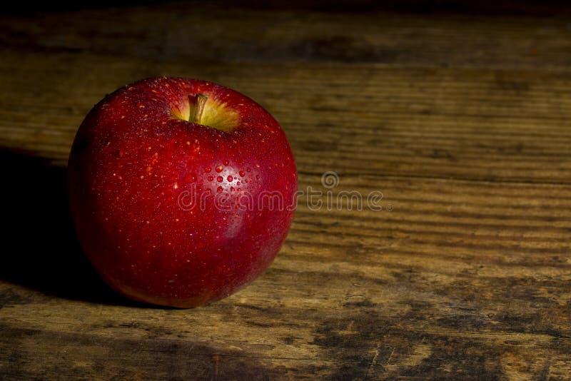 Braeburn-Apfel auf einem Holztisch stockbilder