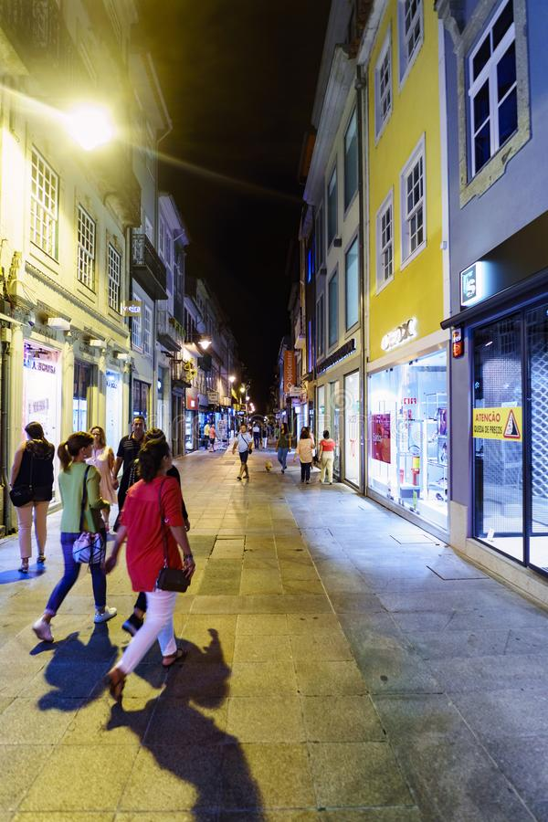 Braga Portugal Augusti 14, 2017: Nattsikt av någon ung peopl fotografering för bildbyråer