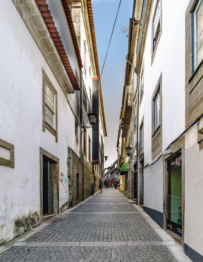 Braga Portugal Augusti 14, 2017: Smal gränd med kullersten royaltyfri fotografi