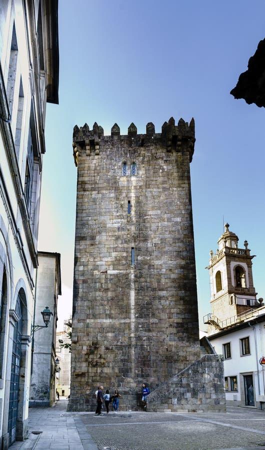 Braga Portugal Augusti 14, 2017: Torn av Braga Medeltida fortr royaltyfri fotografi