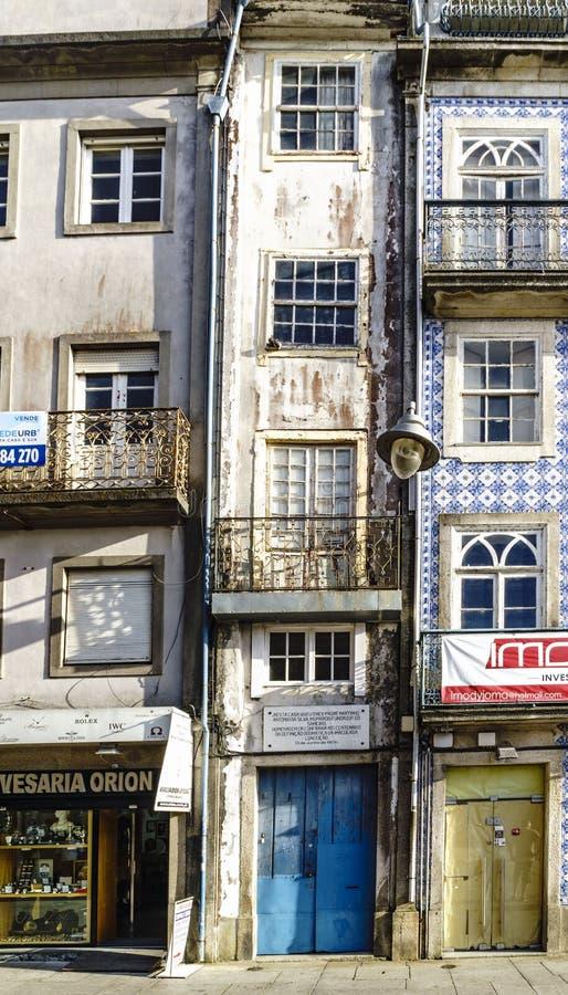Braga Portugal Augusti 14, 2017: Tre-berättelse hus som mycket är smalt arkivfoton