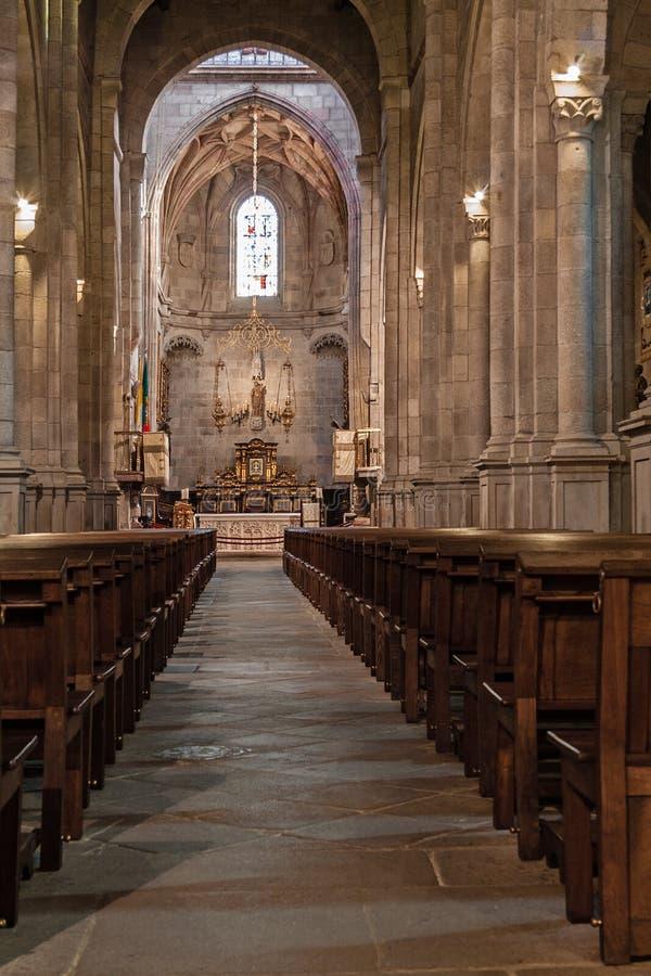 Braga, Portugal - 28 décembre 2017 : Intérieur de cathédrale de Se De Braga Nave, chapelle principale et autel La cathédrale la p images libres de droits